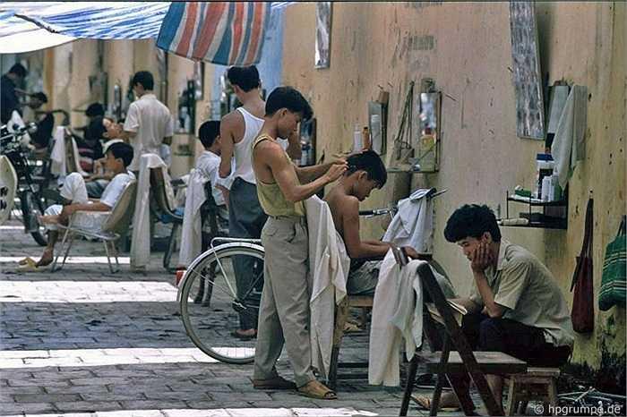 Cắt tóc vỉa hè là đặc trưng của Việt Nam, không chỉ ở Hà Nội mà nhiều thành phố thị xã đều dễ gặp.