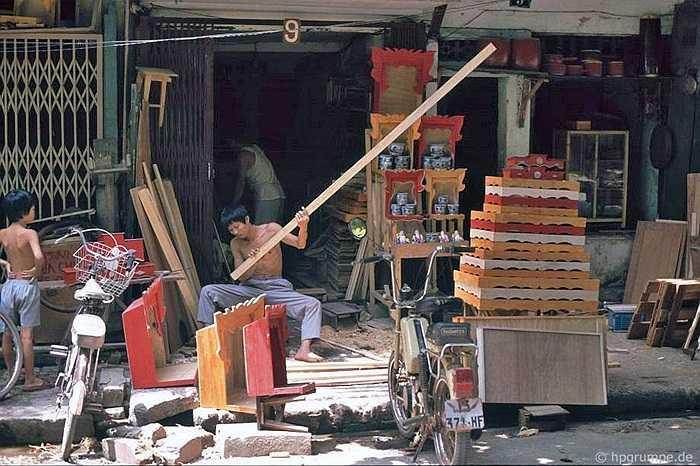 Xưởng mộc nhỏ này sản xuất và bán hàng luôn trên hè phố, sản phẩm là bàn thờ trong gia đình.