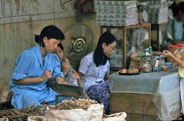 Nghề thuốc nam, thuốc bắc vốn là nghề gia truyền, nay cũng ra hè phố cho tiện bề kinh doanh.