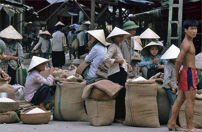 Gạo được mang từ ngoại thành vào bán cho các bà nội trợ.