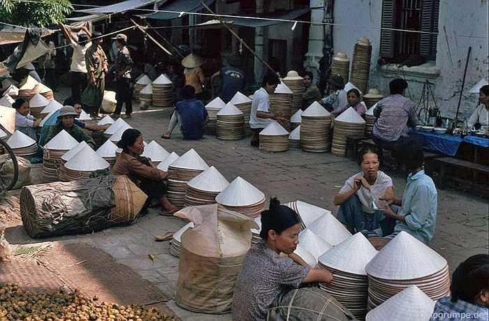 Nón lá từ các làng nghề ở Thanh Oai (Hà Tây cũ) được gánh vào bán gần chợ Đồng Xuân.