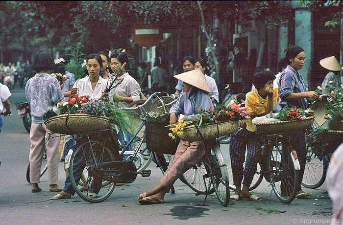Hàng hoa trên xe đạp năm 1991, là nét đặc trưng Hà Nội vẫn không nhiều thay đổi dù đã hơn 20 năm kể từ khi nhà nhiếp ảnh người Đức chụp những tấm hình này.