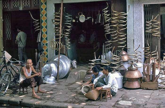 Cửa hàng bán ống đồng và chõ để nấu rượu. Những năm 90, nuôi lợn và nấu rượu là nghề phụ của rất nhiều gia đình.