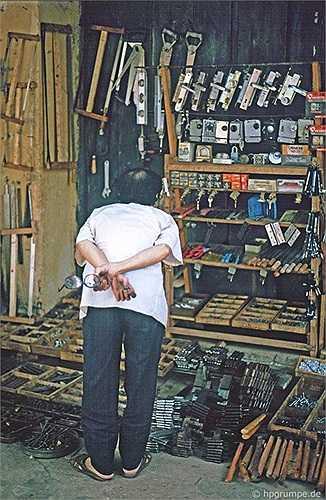 Cửa hàng đồ mộc, từ bản lề, ổ khóa đến cưa đục, đinh búa...