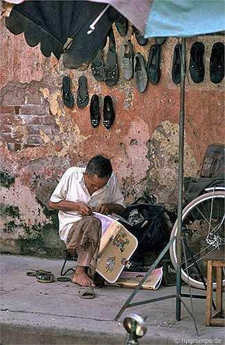 Chỉ cần 2 mét vuông và một bức tường cũng trở thành một quán đóng giày nhỏ trên vỉa hè Hà Nội