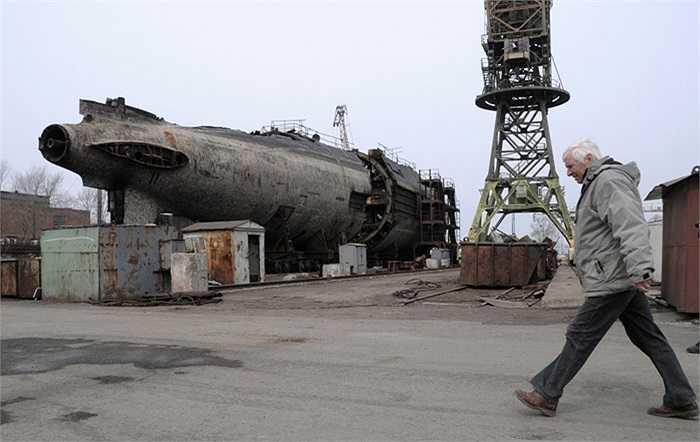 Về đến nhà máy phá dỡ ở Vladivostok, con tàu được đưa lên bờ và từng công đoạn tháo dỡ con tàu được tiến hành theo quy trình nghiêm ngặt. Trước tiên là việc cắt thép vỏ tàu để tách rời mô-đun có chứa lò phản ứng hạt nhân