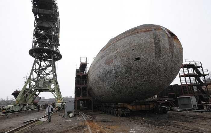 Khi vỏ tàu ngầm được đưa lên ray để chuyển đi là đã đến khâu cuối cùng: thu hồi sắt vụn. Lúc này chiếc tàu ngầm đã hết nguy cơ cháy nổ, bớt hóa chất độc hại môi trường. Toàn bộ các công đoạn này kéo dài từ 10-14 tháng mới kết thúc.