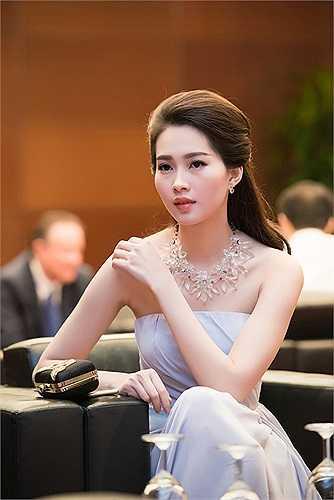 Hoa hậu Việt Nam 2012 Đặng Thu Thảo diện váy khoe vai trần mong manh quyến rũ.