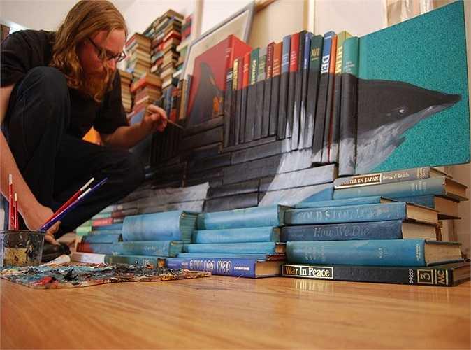 Bằng bút chì màu, mực in, sơn mài và những cuốn sách cũ, chàng trai đến từ Mỹ này đã tạo ra những tác phẩm vô cùng độc đáo, ấn tượng.