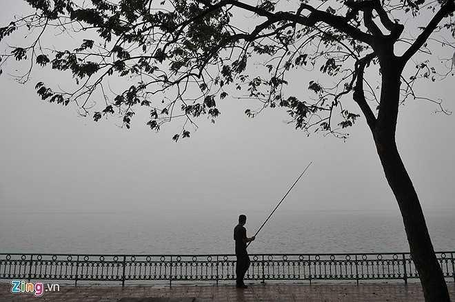 Mỗi sáng mùa đông ở Hà Nội cũng rất khác. Sương giăng bao phủ khắp mặt hồ.