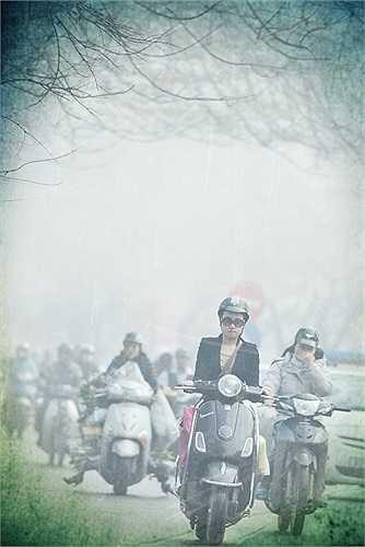 Phố xá như bớt giá lạnh hơn giữa dòng người đi lại đông đúc. Dù cũng ngày đêm huyên náo ồn ào, hào nhoáng như Sài Gòn nhưng Hà Nội vẫn có nét đặc trưng riêng.