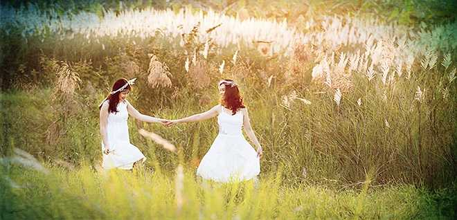 Thành phố còn có những đồng cỏ lau đẹp như tranh vẽ. Không khó để bắt gặp hình ảnh các cô gái như những nàng tiên bay bổng trong rừng hoa...