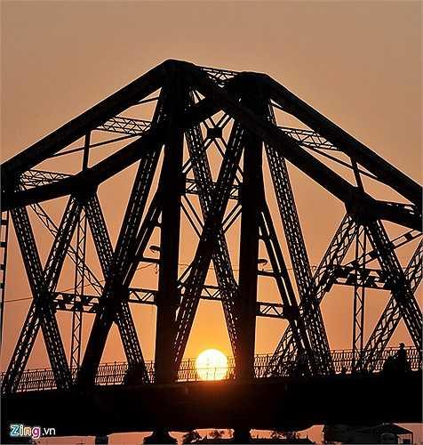 Hà Nội có cây cầu Long Biên vắt qua 3 thế kỷ bắc ngang sông Hồng. Vào mỗi buổi hoàng hôn, đi bộ tản mạn trên cầu, du khách sẽ được hưởng một không khí trong lành với gió mát lộng còn khung cảnh xung quanh đầy thơ mộng.