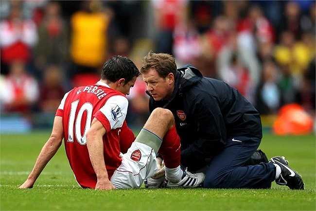 Trong 8 mùa giải khoác áo Arsenal, Robin van Persie là nạn nhân thường xuyên nhất của 'bệnh viện' Emirates