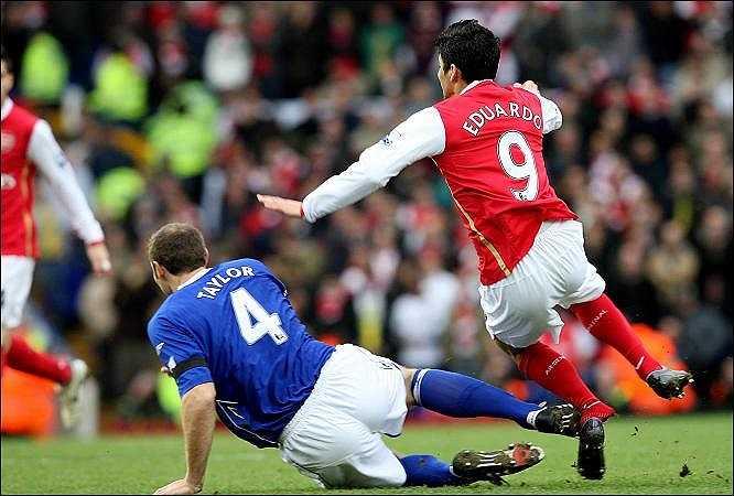 Trước Van Persie, Eduardo là nỗi ám ảnh thực sự của những người hâm mộ đội bóng thành London