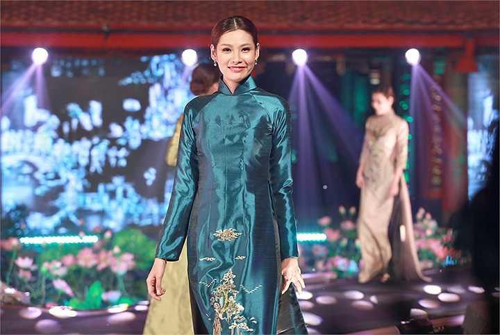 Cùng trình diễn trong Lễ hội áo dài Hương sắc Hà Nội với NTK Võ Thùy Dương còn có NTK Đức Hùng, NTK Lan Hương, NTK Anh Thư.