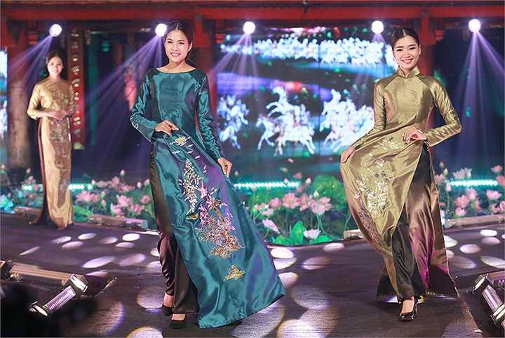 NTK Đức Hùng khiến người xem trầm trồ khi tái hiện những sắc màu tuổi thơ trong bộ sưu tập áo dài tôn vinh nghề truyền thống hàng mà và tò he.
