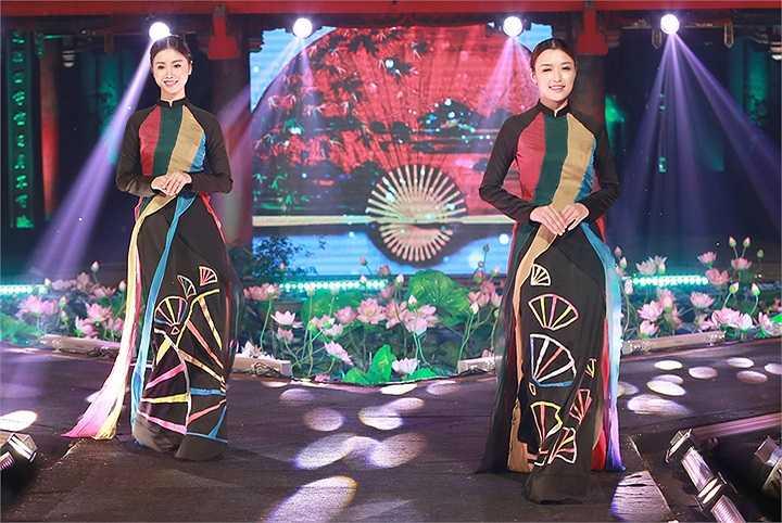 Chính vì vậy, NTK Võ Thùy Dương đã tạo nên một hiệu ứng sân khấu độc đáo và khác biệt trong đêm diễn khi tái hiện những bộ tranh tứ quý với tùng, cúc, trúc, mai, họa tiết có hình rồng, phượng, đặc trưng của văn hóa phương Đông bằng nghệ thuật khảm trai trên áo dài.