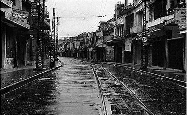 Phố Hàng Đào 1954 vắng lặng vì lệnh giới nghiêm trước khi bộ đội Việt Minh tiếp quản Thủ đô
