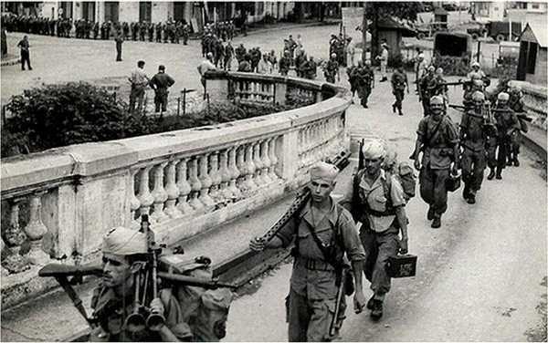 Lính Pháp lên cầu Long Biên để rút khỏi Hà Nội, mùa thu 1954