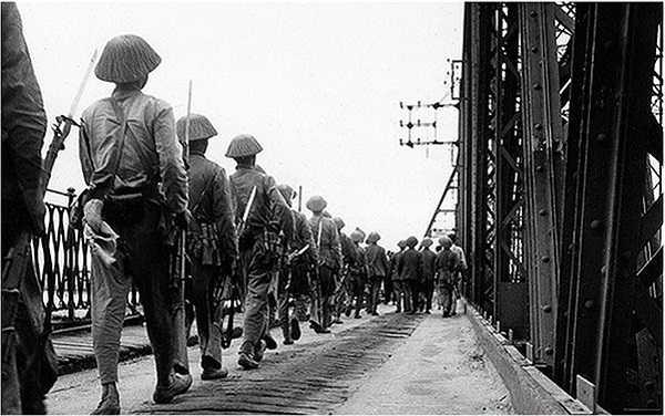 Lực lượng Việt Minh hùng dũng tiến vào Hà Nội.