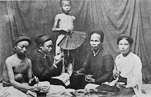 Bữa ăn của một gia đình Hà Nội xưa.