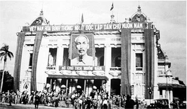 Ủy ban Quân-Chính ra mắt nhân dân Hà Nội tại Nhà hát Lớn vào năm 1954. 60 năm trôi qua, Nhà Hát Lớn vẫn là một trong những biểu tượng lịch sử của Hà Nội.