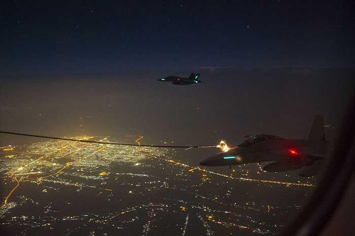 Đây là cuộc không kích IS đầu tiên của không quân Hoàng gia Australia tại Iraq. Trong ảnh là máy bay chở nhiên liệu KC-30A tiếp dầu cho các chiến cơ tham gia không kích IS