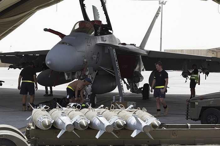 Chiến cơ F/A-18F Super Hornet mang theo bom chuẩn bị không kích mục tiêu IS ở Iraq