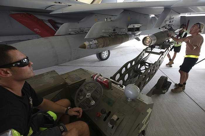Quá trình chuyển bom lên chiến cơ F/A-18F Super Hornet