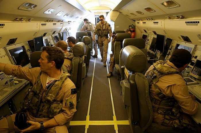 Phi đội bên trong máy bay cảnh báo E-7A hỗ trợ các chiến cơ khác không kích IS hôm 8/10