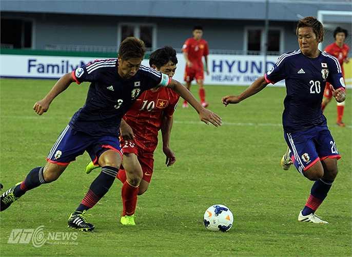 Bị theo kèm suốt cả trận, đội trưởng U19 Việt Nam rất khó khăn để tìm được khoảng trống thể hiện khả năng cầm bóng đột phá của mình