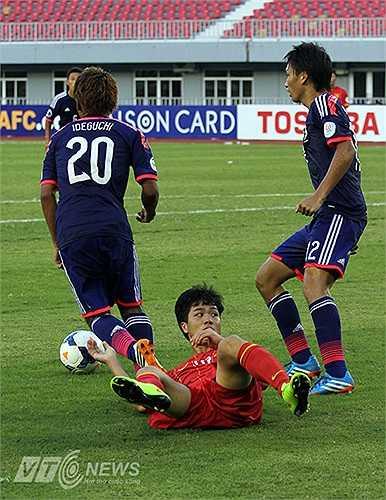 Luôn có ít nhất 2 cầu thủ U19 Nhật Bản vây hãm Công Phượng