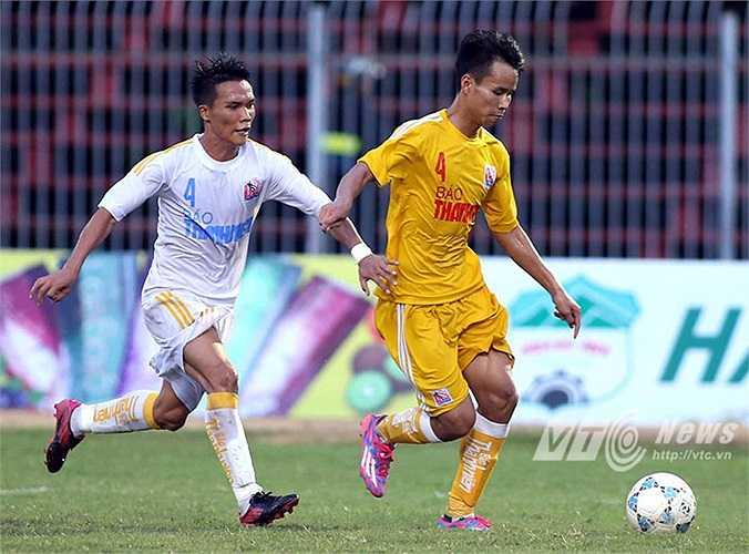 Phút 12, Hà Nội T&T đã vươn lên dẫn trước nhờ cú đánh đầu thành bàn của Phạm Văn Thành