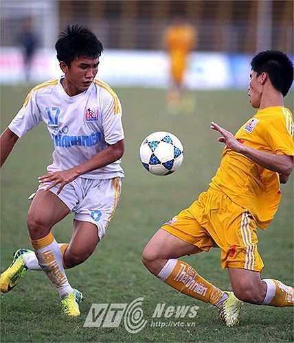 Từ quả đá phạt của đội trưởng Đỗ Văn Thuận, Văn Thành di chuyển hợp lý, tận dụng lỗi kèm người của hậu vệ TĐCS.Đồng Tháp đánh đầu cận thành chính xác mở tỷ số