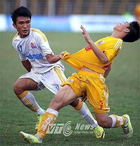 Sau bàn thắng, các học trò của HLV Phạm Minh Đức chủ động chơi phòng ngự phản công
