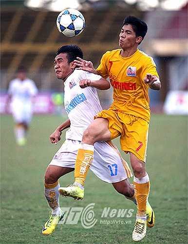 U21 Hà Nội T&T tiếp tục gặp thuận lợi khi đội trưởng Thanh Hiền của đội bóng miền Tây bị đau bắp chân và buộc phải rời sân