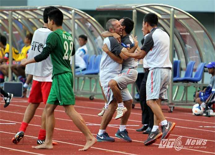 Sau nhiều lần băng lên uy hiếp khung thành U19 Nhật Bản, Thanh Tùng đã có bàn thắng gỡ hòa 1-1 cho U19 Việt Nam ở những giây cuối cùng của 2 hiệp đấu chính thức.