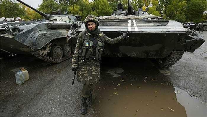 Nữ binh sĩ Nadie 36 đứng trước mũi xe tăng