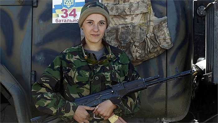 Theo China.com, ngày càng nhiều phụ nữ Ukraine tình nguyện theo chồng tham gia chiến đấu với phe đối lập ở miền Đông nước này