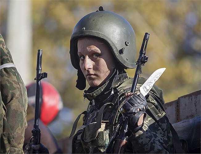 Một nữ binh sĩ quân đội Ukraine tham gia cuộc chiến giành lại sân bay Donetsk