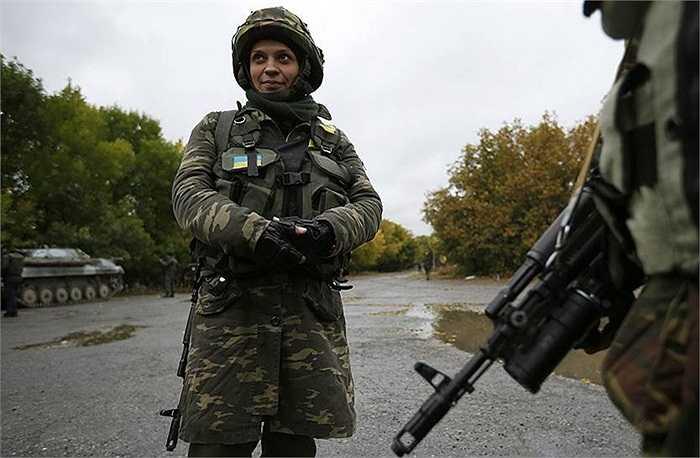 Một nữ binh sĩ tên Nadie 36 tuổi của quân đội Ukraine