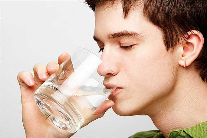 Uống nhiều nước có lợi cho sức khỏe nhưng bạn không nên lạm dụng nó. Nếu bạn ép mình phải uống nước quá nhiều, bạn có thể bị nhiễm độc nước, vì nước làm loãng nồng độ natri trong cơ thể. Điều này rất nguy hiểm và dẫn đến suy giảm chức năng não, thậm chí tử vong.