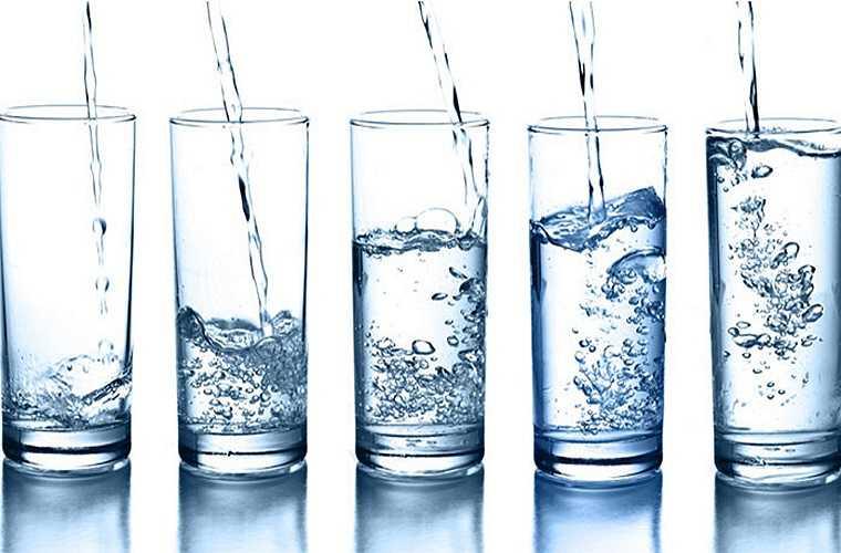 Nếu bạn không chắc chắn rằng bạn nên uống bao nhiêu nước là đủ thì bạn nên kiểm tra nước tiểu mỗi khi bạn đi vào phòng vệ sinh. Nếu nó luôn trong thì có thể bạn đang gặp một vấn đề nào đó về sức khỏe.