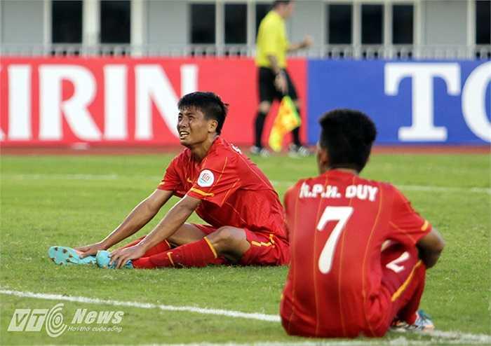 Trung vệ Tiến Dũng bất lực, tiếc nuối khi để U19 Nhật Bản có bàn thắng thứ 3.