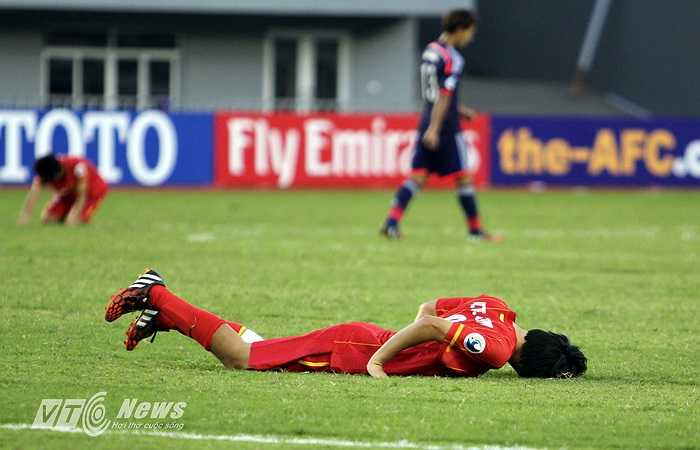 Nhạc trưởng Tuấn Anh gục xuống sân khi tiếng còi kết thúc trận đấu vang lên.