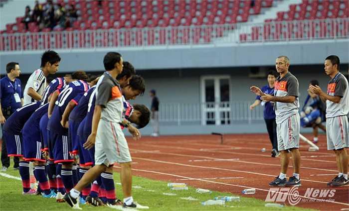 U19 Nhật Bản tới chào BHL U19 Việt Nam sau trận đấu và nhận được sự vỗ tay khen ngợi của thầy Giôm và các trợ lý.
