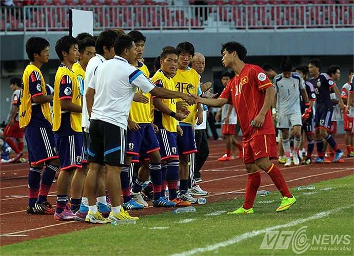 Công Phượng bắt tay cầu thủ U19 Nhật Bản (Ảnh: Hà Thành, Nhạc Dương)