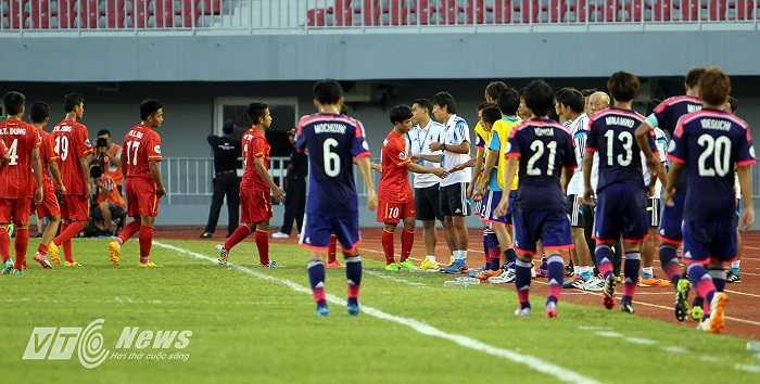 Phía bên kia cabin, Công Phượng cũng dẫn đầu U19 Việt Nam sang chào BHL U19 Nhật Bản.