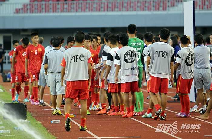 Các cầu thủ dự bị, động viên các cầu thủ đá chính ở trận này